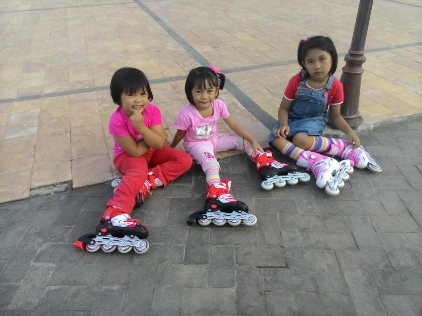 Tiga saudara sepupu bermain sepatu roda